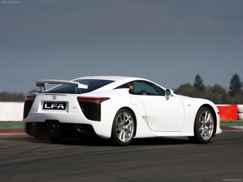 Белый динамичный купе Lexus LFA