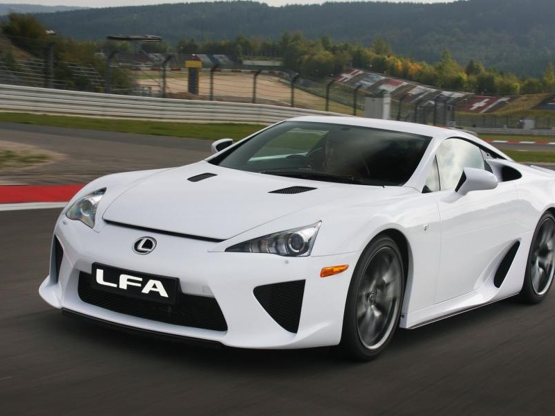 Белый быстрый Lexus LFA