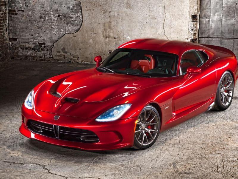 Красный мощный Dodge SRT Viper GTS