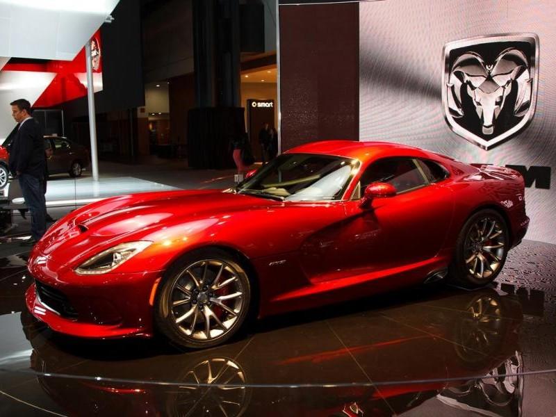 Красный стильный купе Dodge SRT Viper GTS