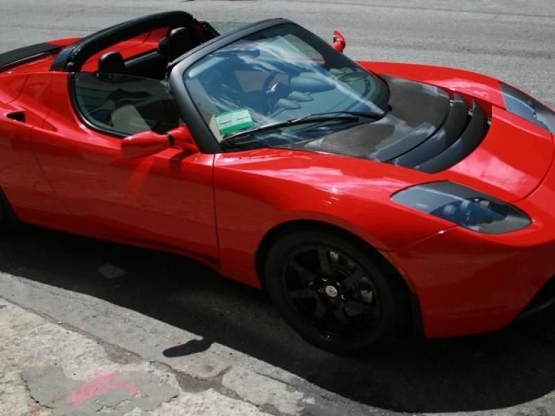 Красный динамичный Tesla Roadster Sport