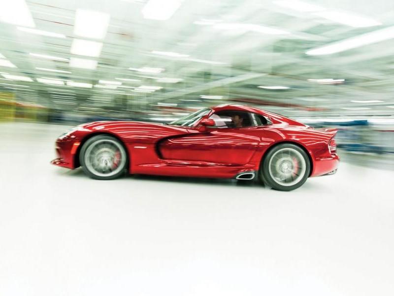 Красный Dodge SRT Viper GTS вид сбоку