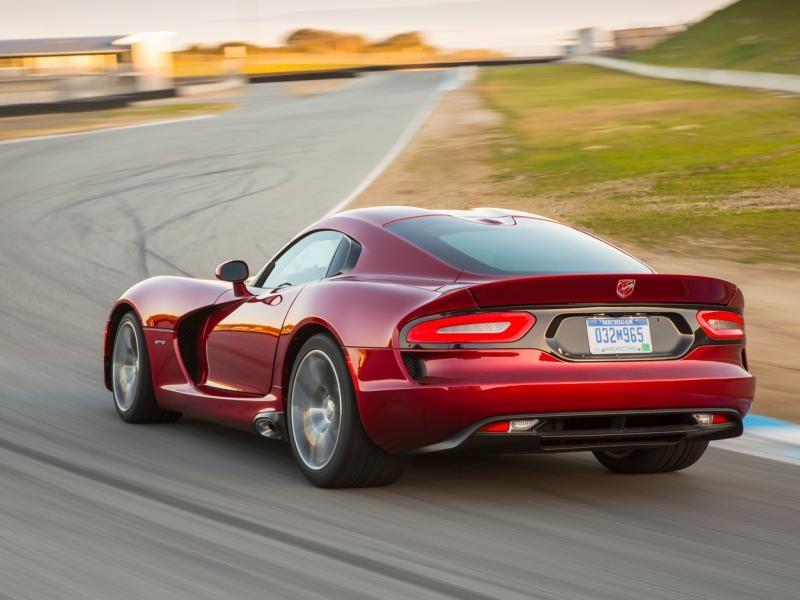 Красный быстрый Dodge SRT Viper GTS, вид сзади