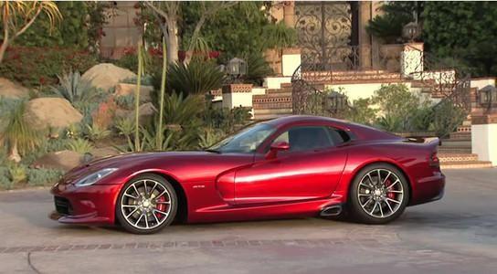 Красный Dodge SRT Viper GTS, вид сбоку
