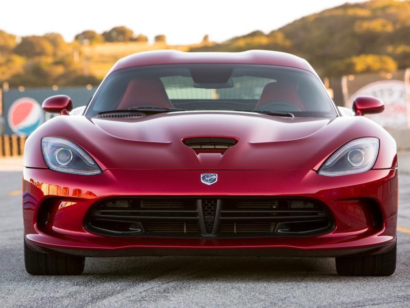 Красный Dodge SRT Viper GTS, вид спереди