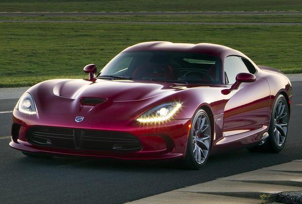 Красный быстрый Dodge SRT Viper GTS