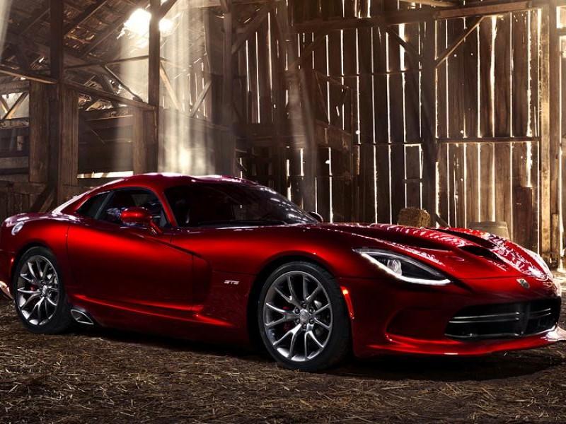 Красный роскошный Dodge SRT Viper GTS