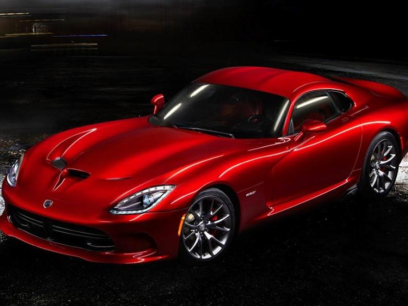 Красный динамичный купе Dodge SRT Viper GTS
