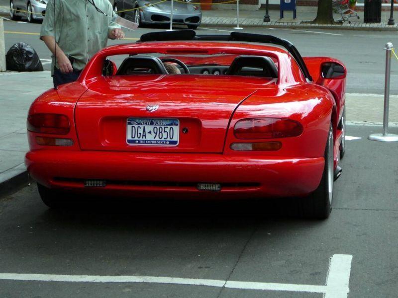 Красный Dodge Viper RT10 вид сзади