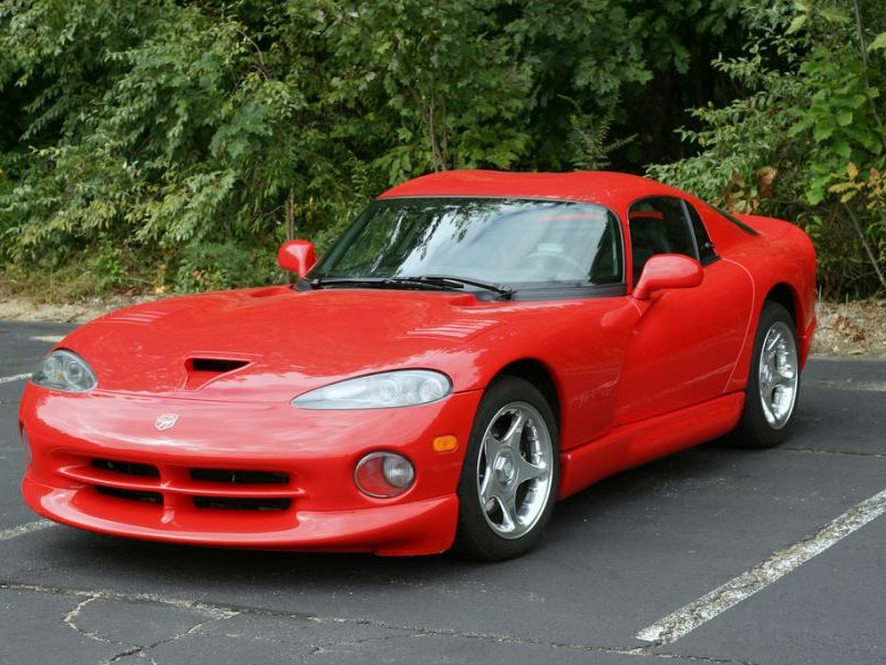 Красный мощный Dodge Viper RT10