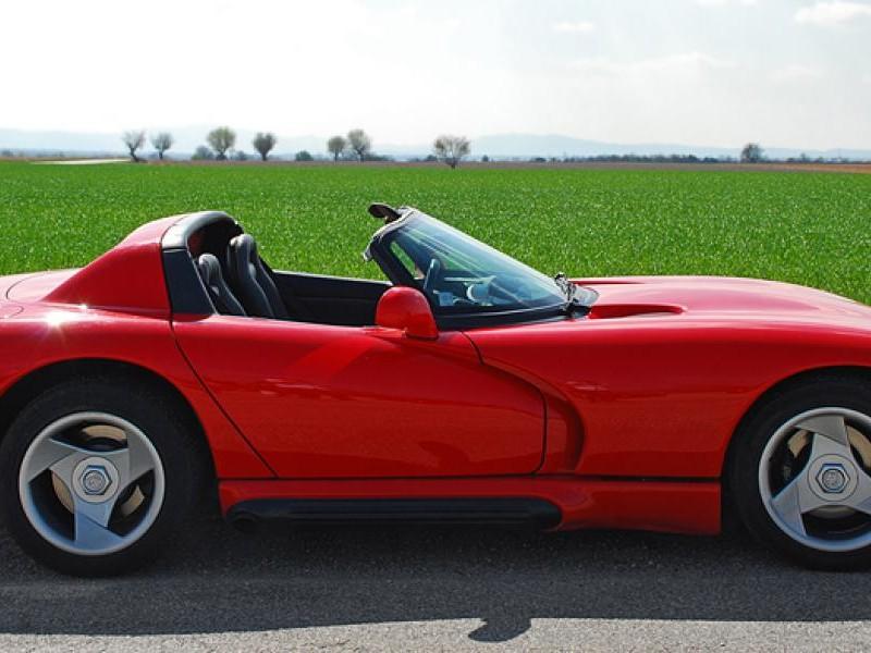 Красный Dodge Viper RT10, вид сбоку