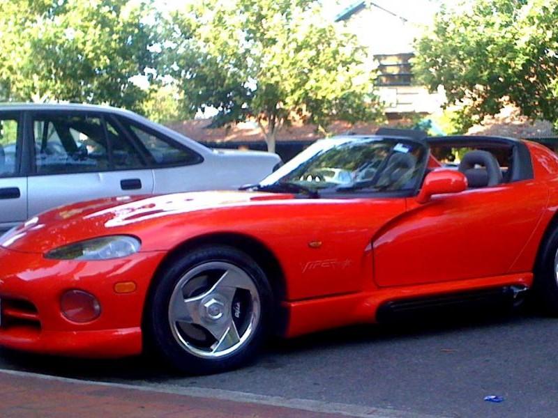 Красный быстрый практичный Dodge Viper RT10