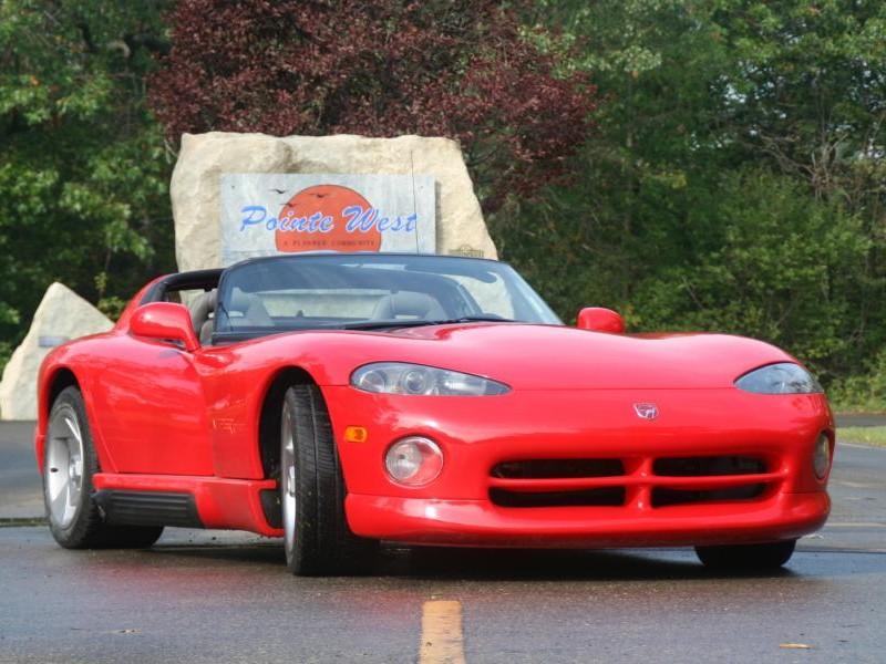 Красный Dodge Viper RT10, вид спереди