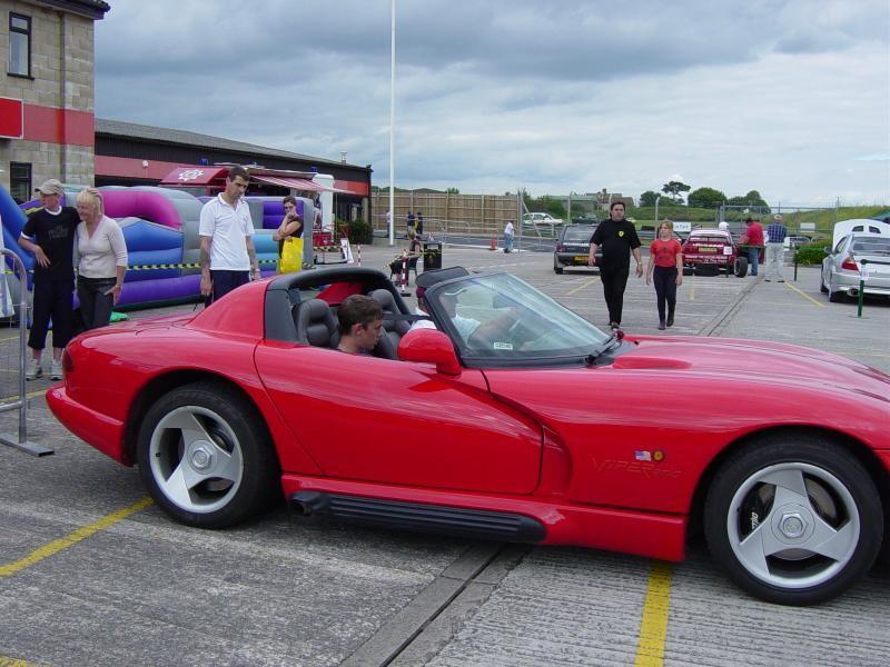 Красный просторный Dodge Viper RT10