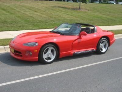 Красный роскошный Dodge Viper RT10