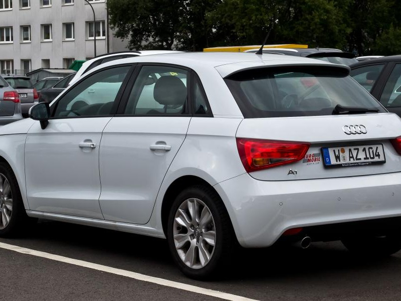 Белый просторный Audi A1 Sportback, вид сзади