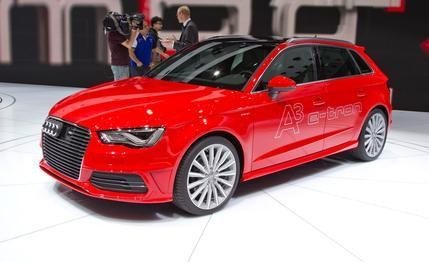 Красный Audi A3 Sportback e-tron