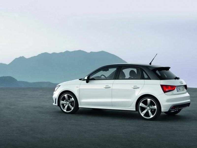 Белый просторный Audi A1 Sportback