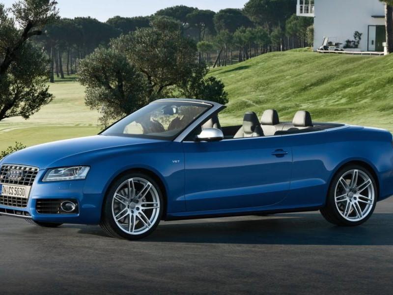 Синий Audi S5 Cabrio, вид сбоку