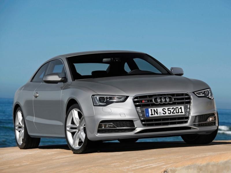 Серебристый Audi S5 Coupe, вид спереди