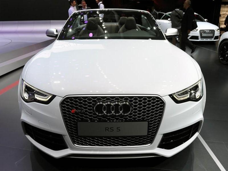 Белый Audi RS5 Cabrio, вид спереди
