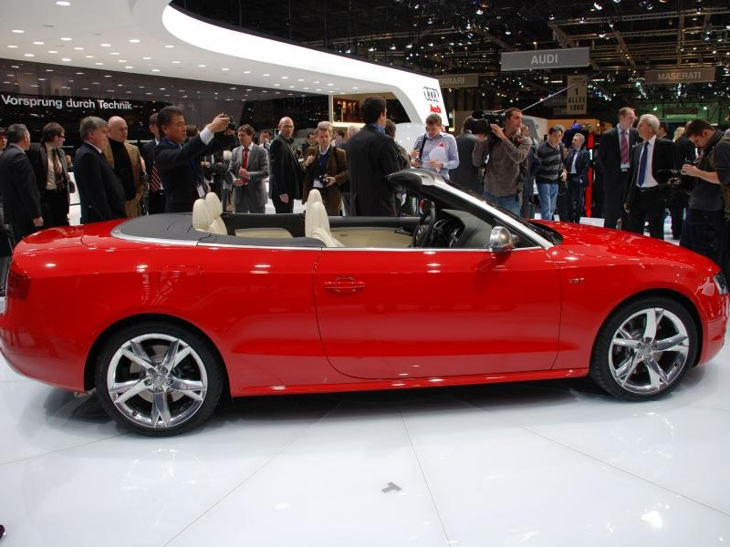 Красный Audi S5 Cabrio вид сбоку