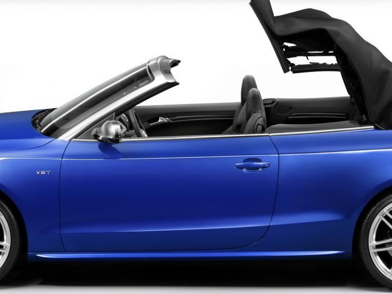 Синий Audi S5 Cabrio вид сбоку