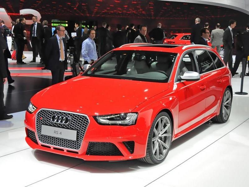 Красный просторный Audi RS4 Avant, презентация