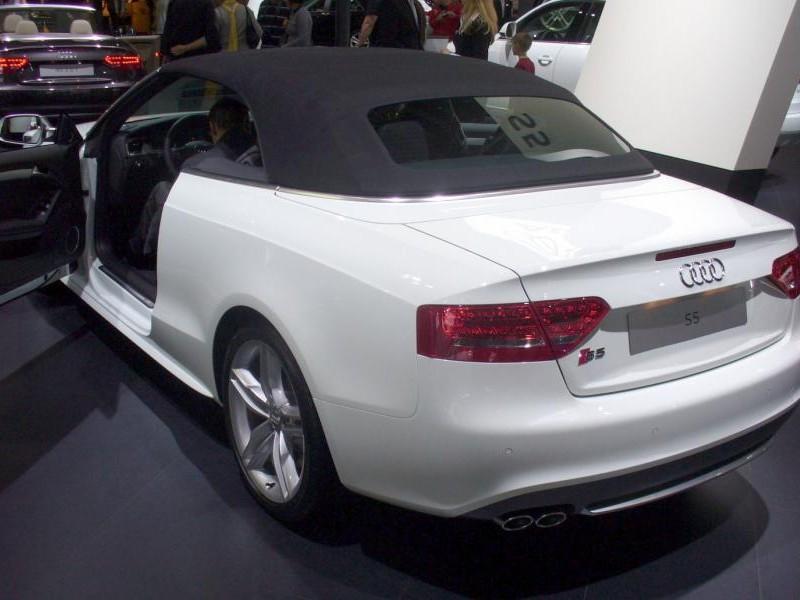 Белый Audi S5 Cabrio, вид сзади