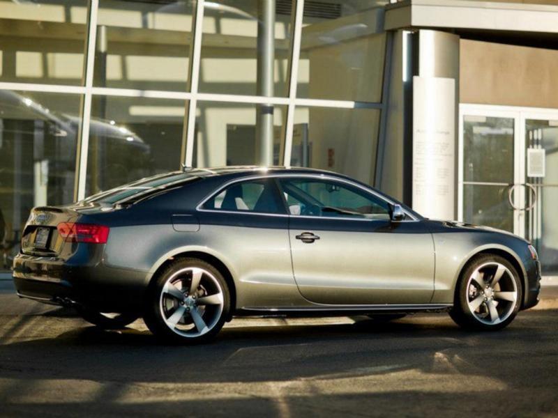 Серебристый Audi S5 Coupe, вид сбоку