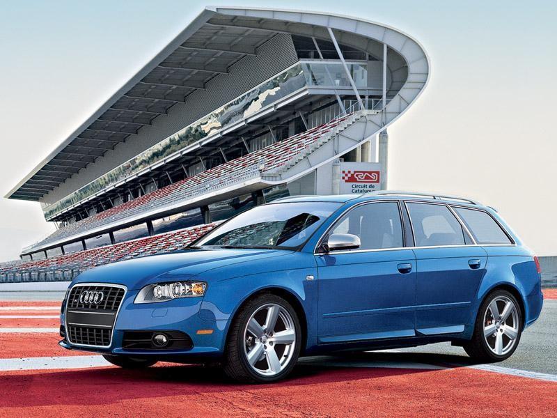 Синий Audi S4 Avant вид сбоку