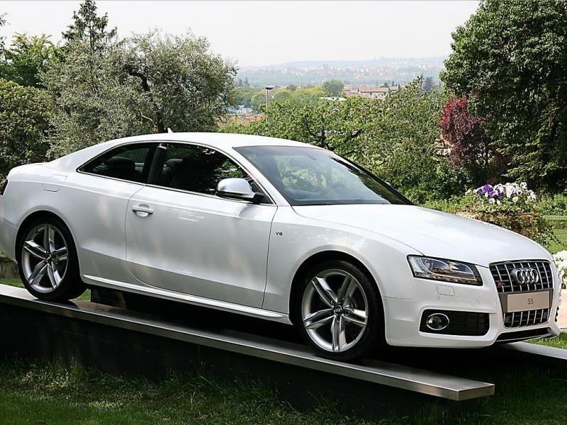 Белый Audi S5 Coupe