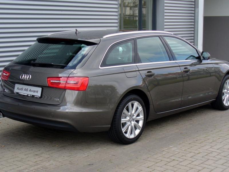 Серебристый Audi A6 Avant
