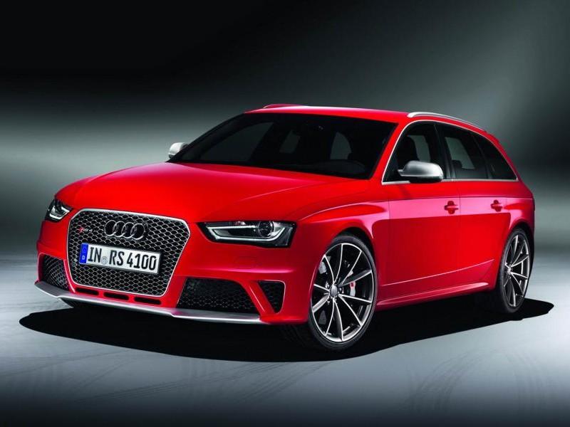 Красный Audi RS4 Avant вид спереди