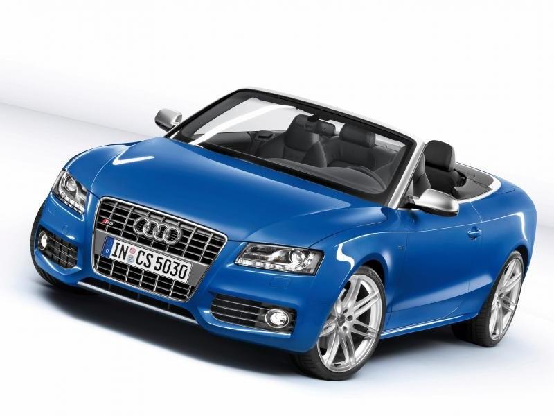 Синий Audi S5 Cabrio, вид спереди
