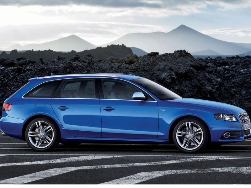 Синий Audi S4 Avant, вид сбоку