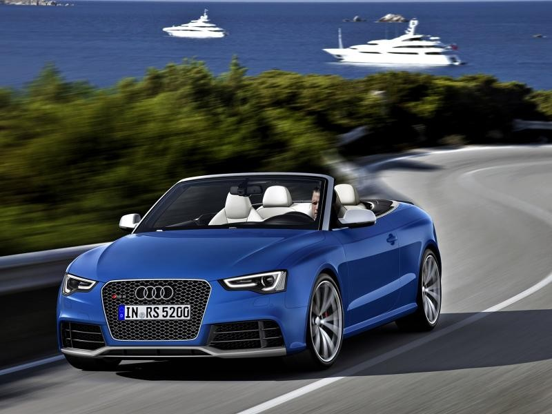 Синий Audi RS5 Cabrio вид спереди