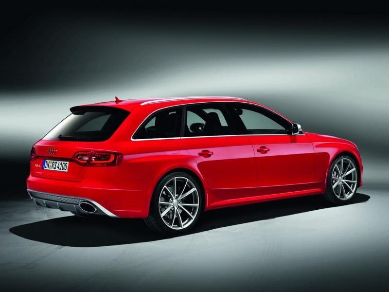 Красный универсал Audi RS4 Avant