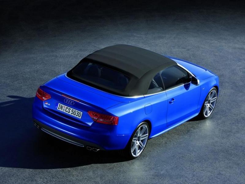 Синий Audi S5 Cabrio, вид сзади
