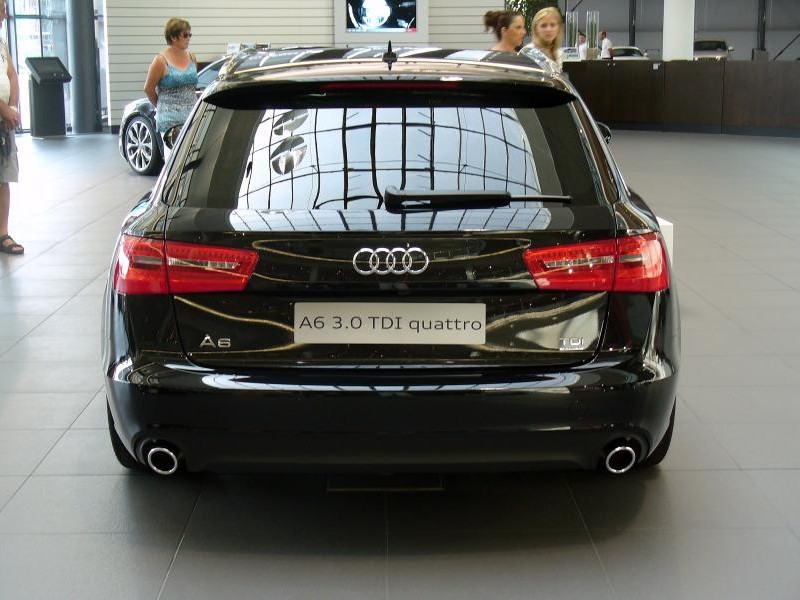 Черный Audi A6 Avant, вид сзади