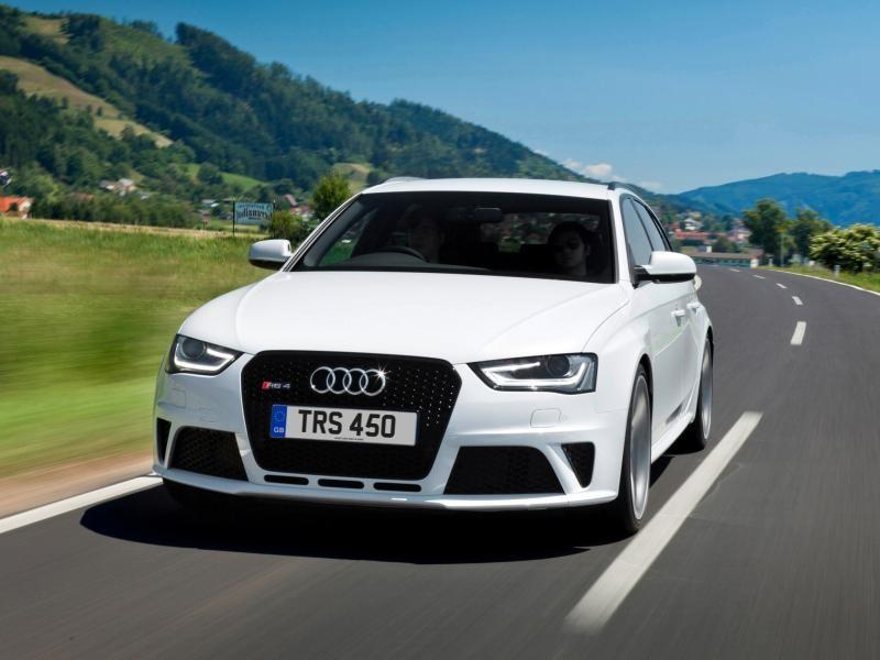 Белый Audi RS4 Avant на трассе