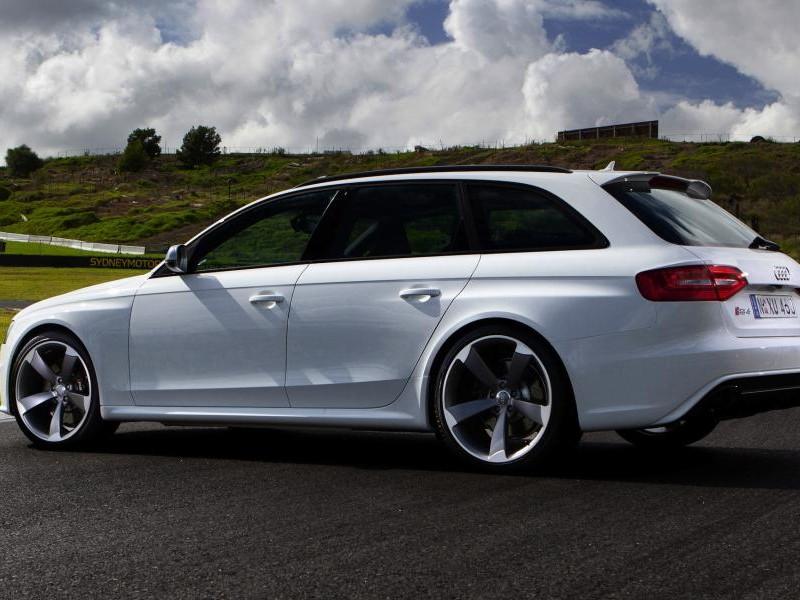 Белый Audi RS4 Avant, вид сбоку