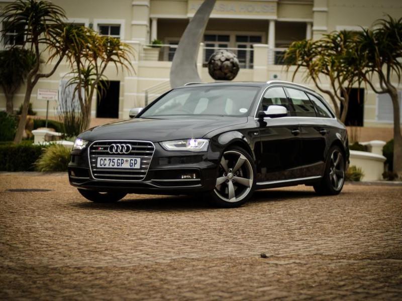 Черный Audi S4 Avant