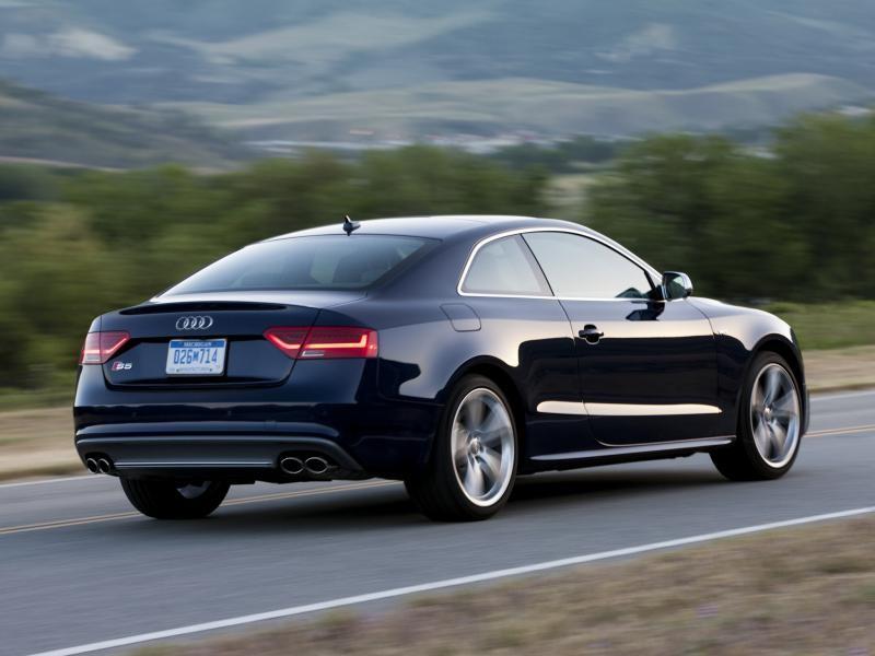 Синий Audi S5 Coupe вид сзади