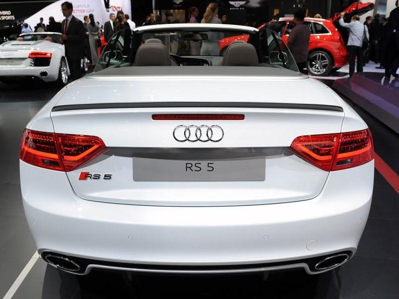 Белый Audi RS5 Cabrio вид сзади