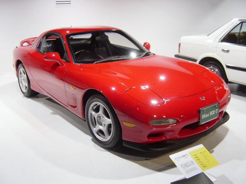 Красный быстрый Mazda RX-7 FD