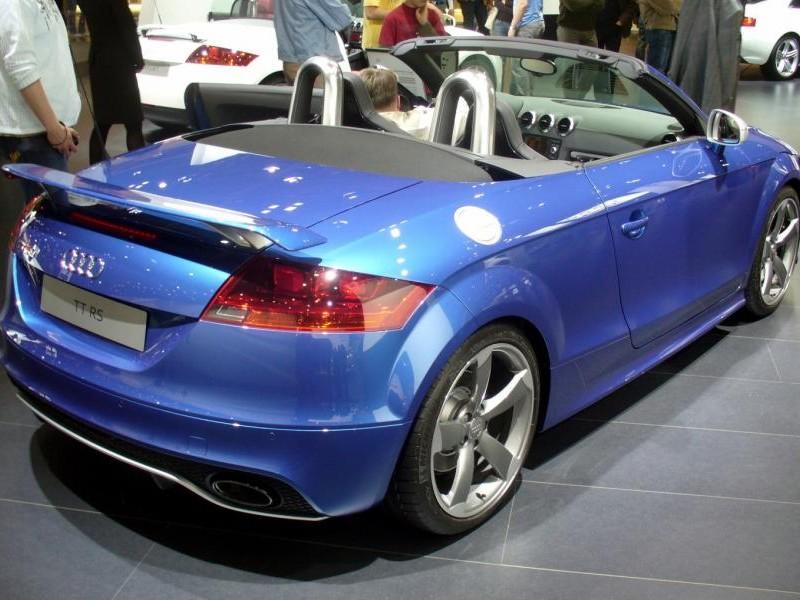 Синий быстрый Audi TT RS Roadster