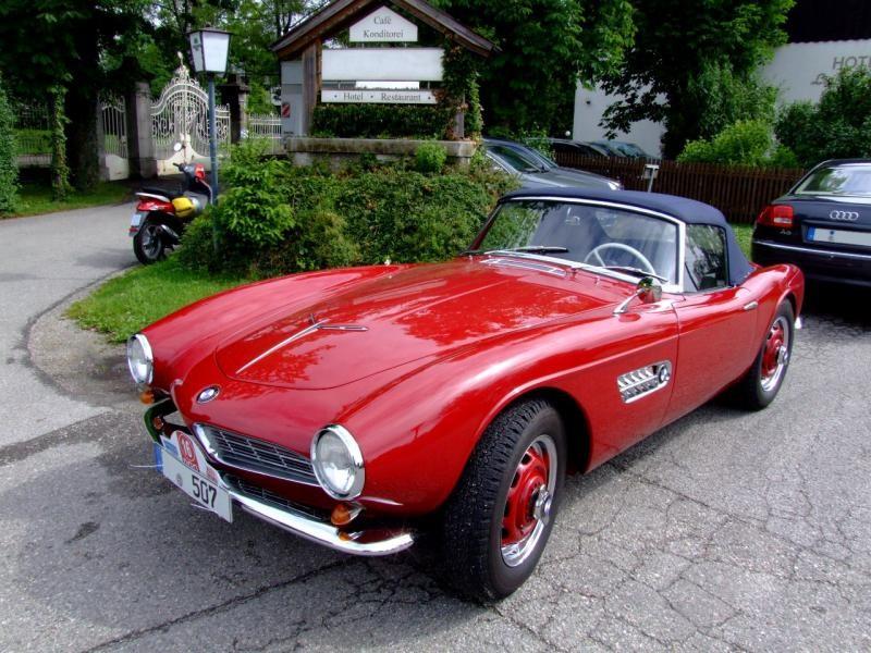 Красный кабриолет BMW 507