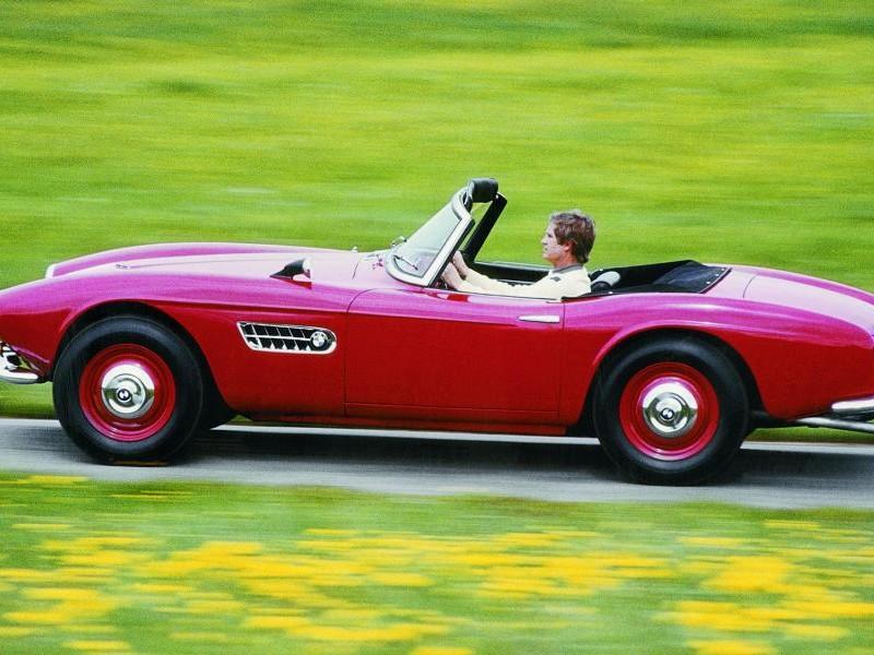 Красный BMW 507 вид сбоку