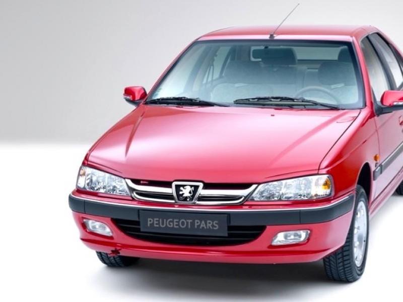 Красный седан Peugeot Pars